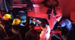 Cae auto a canal de aguas negras en Tuzos