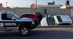 Auto cae a canal de aguas negras en Chavarría
