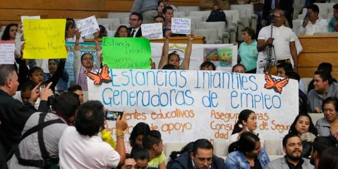 Se manifiestan trabajadoras de estancias infantiles en el Congreso de Hidalgo