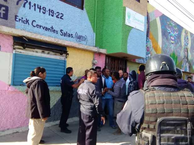 En Pachuca, escapan 15 indocumentados del INM.