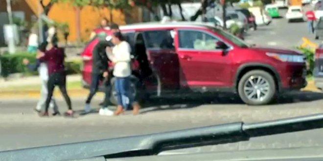 Despojan sujetos a familias de sus camionetas; lo captan en video