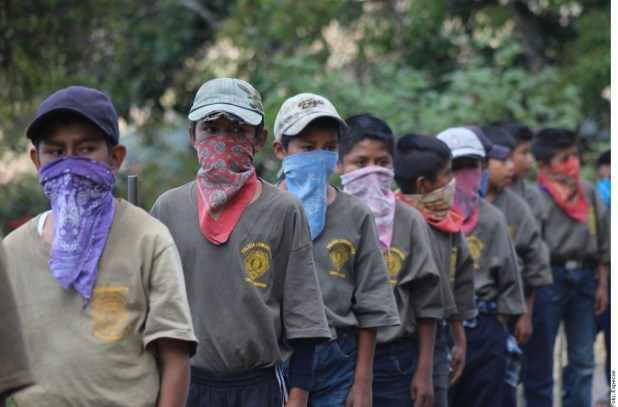 Arman a niños tras masacre en Guerrero; los presentan con rifles
