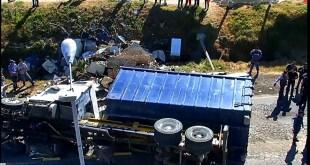 Se registra volcadura de camión sobre la carretera Pachuca-Sahagún