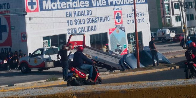 Cae auto a canal en Mineral de la Reforma; iba en una grúa