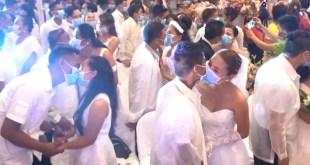Con tapabocas por el coronavirus, realizan boda masiva en Filipinas