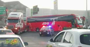 Se atora autobús ADO en retorno de bulevar Everardo Márquez