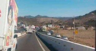 Bloquean la México-Laredo; exigen liberación de vecino detenido