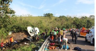 Vuelca camión con migrantes en Veracruz; 45 heridos y un muerto