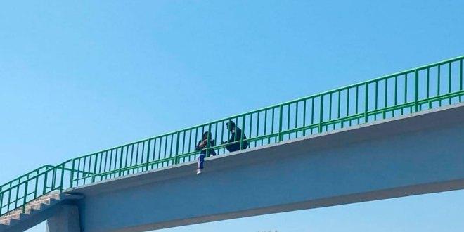 Evitan que una menor se lanzara de un puente en Tula