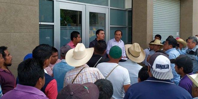 Por agresión pleito vecinal, habitantes de La Peña retienen a 2 funcionarios de Huejutla