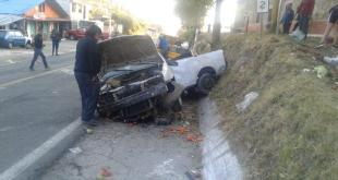 Se accidenta un vehículo sobre carretera en Mineral del Monte