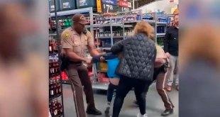 Arrestan a mujer por escupir a frutas en supermercado