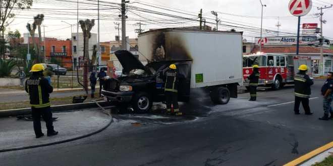 Se incendia una camioneta de carga sobre el bulevar Felipe Ángeles, en Pachuca