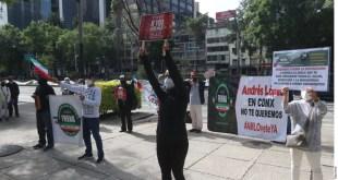 Protestan contra AMLO frente a Embajada de EU