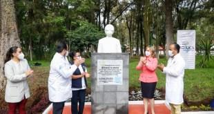 Develan busto en honor a personal médico, en parque de Pachuca