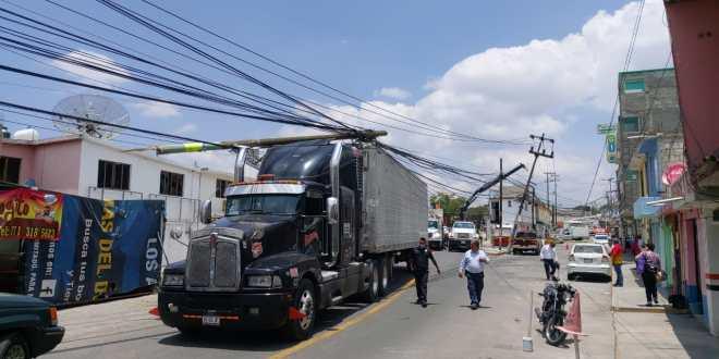 Tráiler tira postes de luz en El Tezontle, en Pachuca