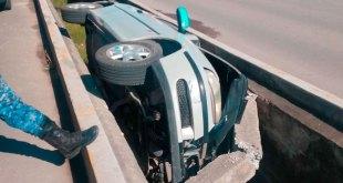 Vuelca automóvil y cae en canal en Chavarría