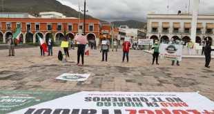 Integrantes de FRENAA se manifiestan en la plaza Juárez de Pachuca