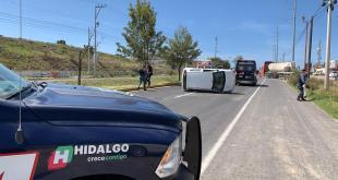 Vuelca automóvil sobre bulevar Santa Catarina, en Pachuca