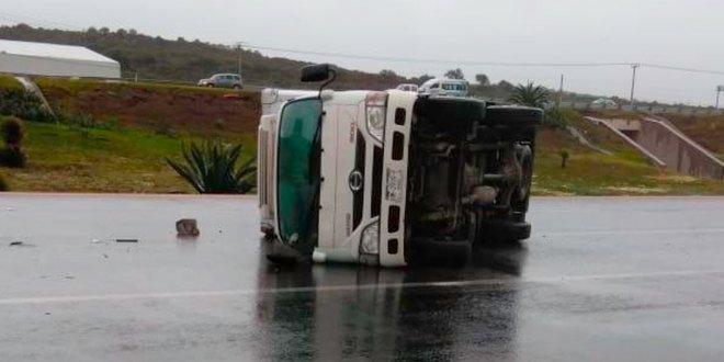 Vuelca camioneta repartidora alimentos Pachuca-Tulancingo