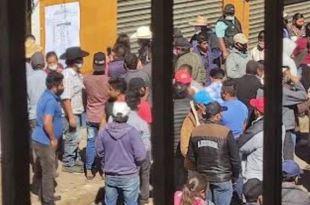 Instalan plantón en consejo electoral de Acaxochitlán