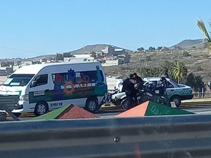 Combi y taxi chocan en la Pachuca-Actopan