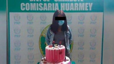 Detienen a mujer por hacer una fiesta y la fotografían con su pastel