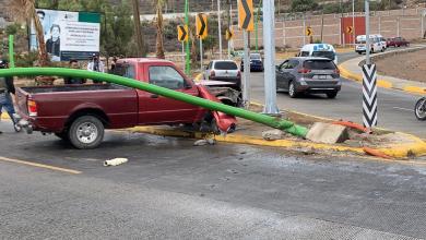 Camioneta choca con lámpara el bulevar Colosio, en Pachuca