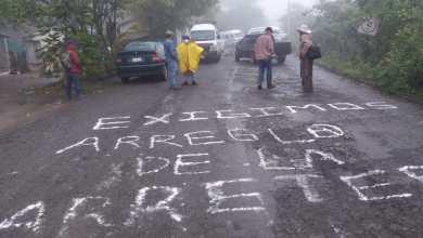 Bloquean carretera Calnali-San Andrés; exigen que le den mantenimiento