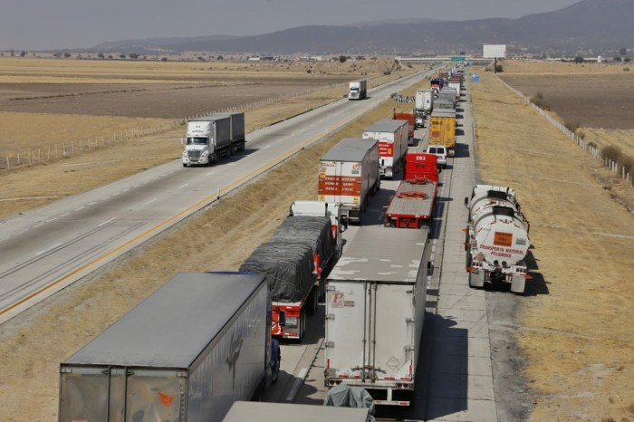 Transportistas cierran carreteras en el estado varias horas