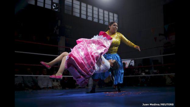 """La luchadora boliviana Yenny Mamani (derecha), conocida como Martha """"La Altena"""", y Leonor Córdova, quien lleva el apodo de Anglea """"La Simpática"""", pelean en una exhibición en Madrid, España."""