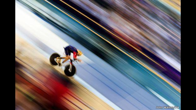 Bradley Wiggins rompe el récord de la hora al recorrer 54,4 kilómetros en el velódromo olímpico de Londres.