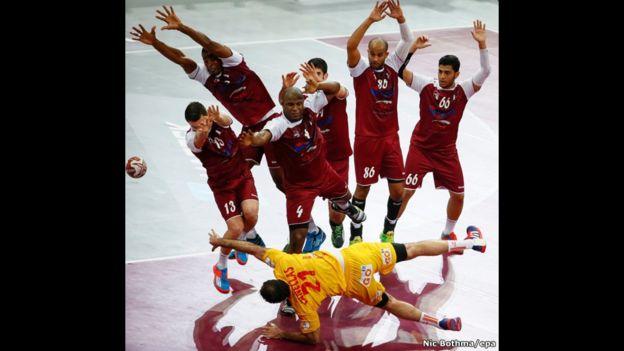 El español Joan Canellas busca un espacio para lanzar la pelota durante un partido frente a Qatar en el Mundial de Balonmano que se disputó en Doha.