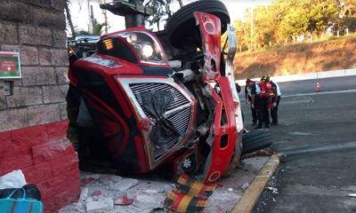 Tres muertos y más de 15 heridos el saldo de un accidente de un autobús que se accidentó en Palín, Escuintla, derca del peaje. (Foto: Cristian Soto)
