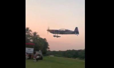 En el accidente fallecieron el piloto de la avioneta y dos mujeres que observaban el espectáculo. (Foto: Captura de pantalla)