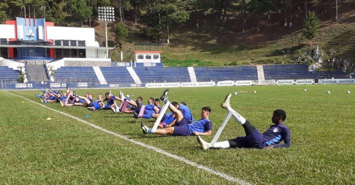 Los jugadores de Cobán Imperial realizan sus primeros movimientos en el reaondicionamiento físico en el Estadio José Ángel Rossi. (Foto: Deyler Chocooj)