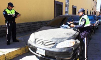 Los agentes de la Policía Municipal de Tránsito colocaron cepo a un vehículo que obstruía una rampa en la 2ª calle y 19 avenida de la zona 3 de Quetzaltenango. (Foto: Carlos Ventura)