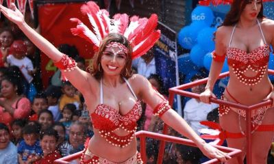 Las personas disfrutan del desfile de comparsas ese martes de Carnaval en Mazatenango. (Foto: Cristian Soto)