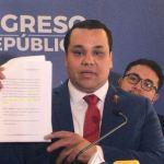 El diputado Manuel Rivera impulsa una iniciativa de ley que busca aumentar los días de descanso para las madres trabajadoras. (Foto: La Hora)