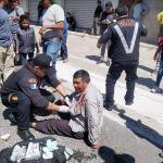 Bomberos Voluntarios atendieron a dos pacientes en el lugar del accidente en la Autopista Los Altos, Quetzaltenango. (Fotos: CBV)