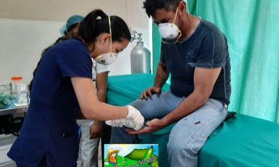 El alcalde Esduin Javier Javier conocido como 3 Kiebres, es atendido de la herida con un machete en la mano izquierda. (Foto: Ipala Noticias)