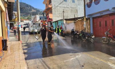 Los Bomberos Municipales Departamentales utilizaron unos 6 mil galones de agua para realizar la limpieza. (Foto: Carlos Ventura)