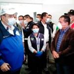 El presidente Alejandro Giammatei, conversa con el alcalde de Quetzaltenango, Juan Fernando López, luego de anunciar un nuevo caso de COVID-19. (Foto: Carlos Ventura)