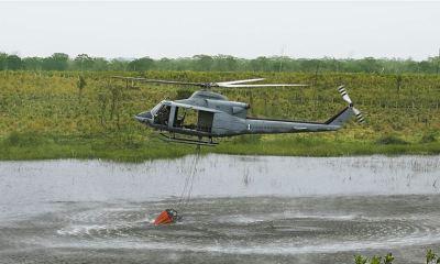El helicóptero equipado con el sistema contra siniestros Bambi Bucket, hizo 36 descargas de 250 galones de agua cada una, en La Pasadita, San Andrés, Petén. (Foto: DCA)