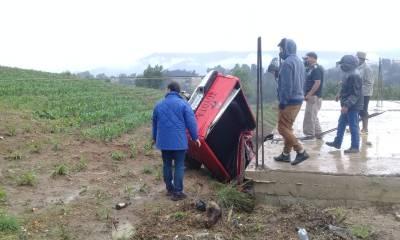 Una persona falleció y otro más resultó herido cuando el picop donde viajaban terminó en la parte trasera de una vivienda en San Carlos Sija, Quetzaltenango. (Foto: Carlos Ventura)