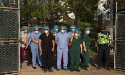 Los médicos del hospital de Villa Nueva durante la conferencia de prensa donde dieron a conocer sus demandas ante la el Ministerio de Salud por la falta de personal. (Foto: EFE)
