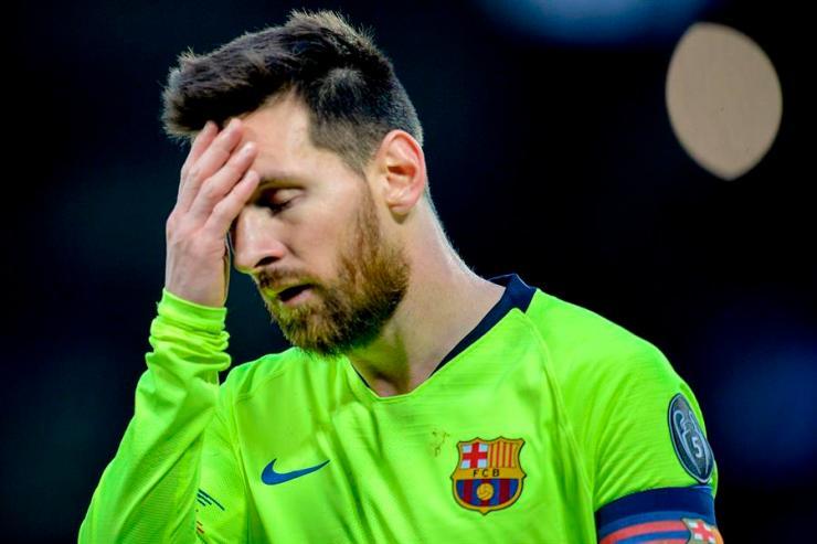 El argentino Lionel Messi se toma el rostro depués del cuarto gol del equipo inglés en Anfield. (Foto: EFE)