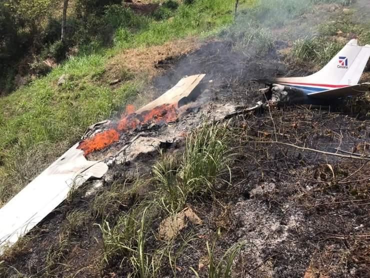 Los bomberos trabajaron durante varios minutos para sofocar las llamas en la avioneta. (Foto: Bomberos Voluntarios)
