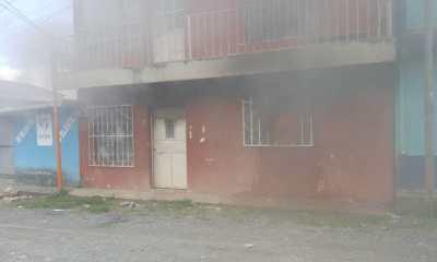 Los Bomberos Voluntarios utilizaron cerca de 1 mil galones de agua para sofocar las llamas en una vivienda de Residenciales Imperial. (Foto: Eduardo Sam)
