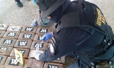 Las autoridades procesaron este domingo los 355 paquetes con cocaína incautados en aguas del Pacífico, Escuintla. (Foto: Ministerio de Gobernación)
